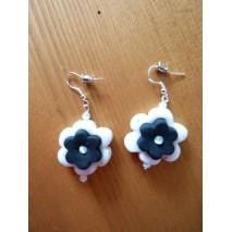 Boucles d'oreilles fleurs blanches et noires polymère
