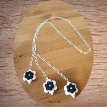Maolia - Sautoir fleurs blanches et noires polymère