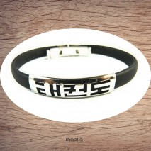 Maolia - Bracelet plaque argentée et caoutchouc noir