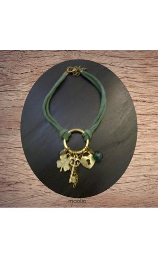 Bracelet suédine verte et breloques bronze