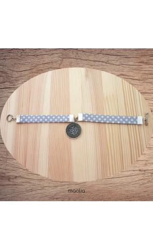 Maolia - Bracelet tissu gris pois blanc médaillon émaillé