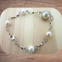 Bracelet perles blanches et métal argenté.