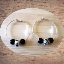 Boucles d'oreilles créoles perles noires et blanches