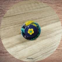 Bague bouton bleue et jaune sur une base dorée