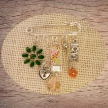 Broche argent breloques vertes et roses