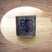 Bague cabochon carrée peau de serpent bleue