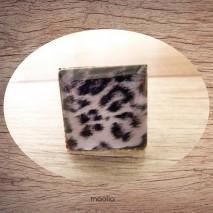 Bague cabochon carrée peau de léopard blanche et noire