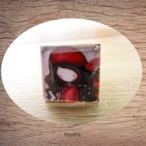 Bague cabochon carrée petite fille chapeau rouge