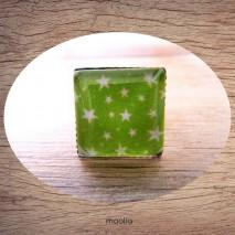 Bague cabochon carrée étoiles fond vert
