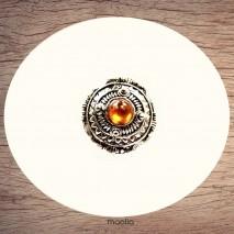 Bague argentée ronde avec perle centrale orangée