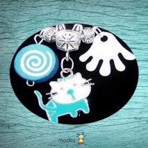 Petit chat bleu et breloques blanches et bleues