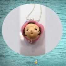 Collier petite tête bouche ronde et coiffe rose