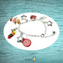 Bracelet petit personnage et trèfle rouge