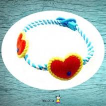 Bracelet tressé bleu avec gros coeur rouge et jaune