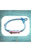 Bracelet tressé bleu et blanc aux petits personnages