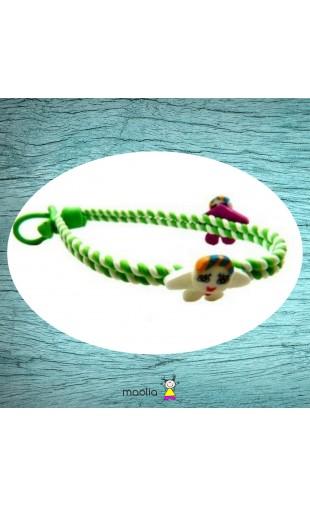Bracelet tressé vert et blanc avec enfants colorés