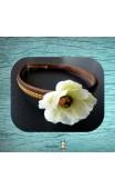 Serre-tête brun fleur blanche
