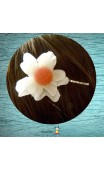 Pince argent fleur blanche coeur rose