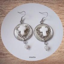Maolia - Boucles d'oreilles croix jade blanc et coeur résine